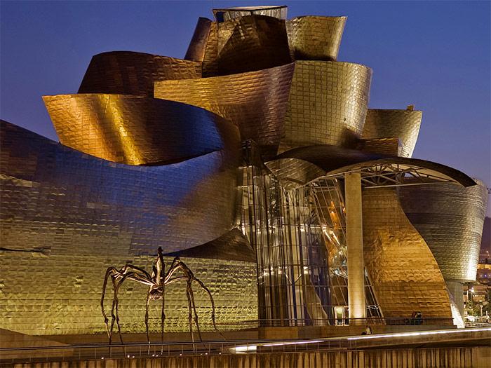 скульптура паука перед музеем Гуггенхайма - Guggenheim Museum Bilbao