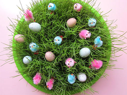 трава в цветочном горшке с пасхальными украшениями - trava v tsvetochnom gorshke s paskhalnymi ukrasheniyami