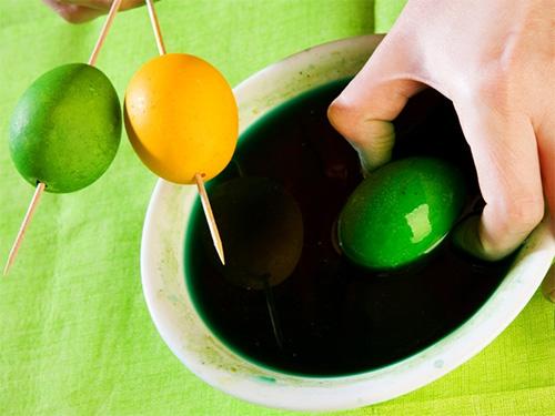 окрашивание пасхальных яиц для мозаики - okrashivanie paskhalnykh-yaits dlya mozaiki