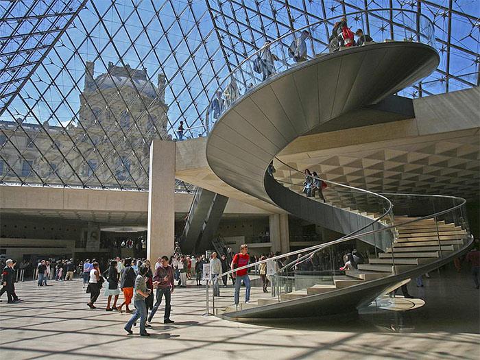 стеклянная пирамида Лувра вид изнутри - steklyannaya piramida Luvra vid iznutri