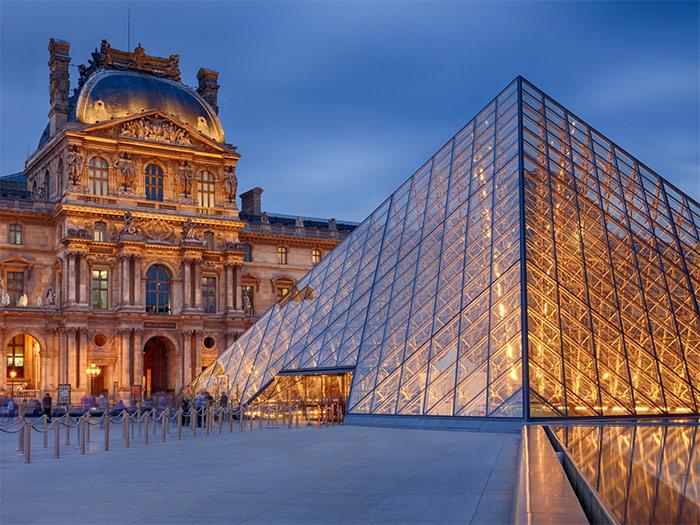 стеклянная пирамида Лувра вечером - steklyannaya piramida Luvra vecherom